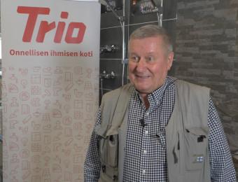 Isännöitsijä Tapio Lampinen seisoo kuvassa Trion myymälässä